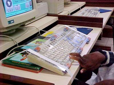 Tecnologia Assistiva: Pulseira de pesos e adaptações de teclado. Clique para ler.