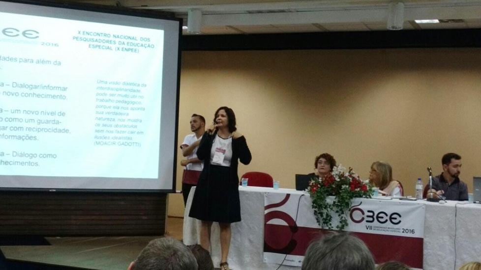 A Professora Nelma Galvão proferindo sua palestra em Mesa Redonda do VII Congresso Brasileiro de Educação Especial - UFSCar