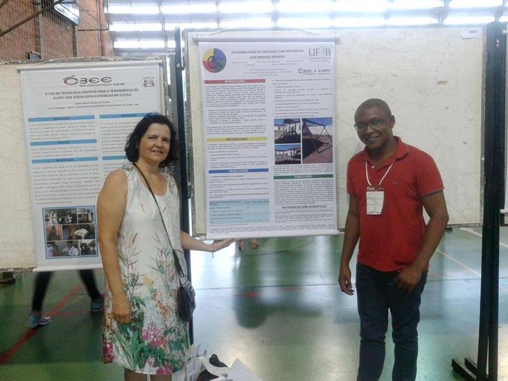 A Professora Nelma Galvão e o estudante Lucas Reis ao lado do poster com o primeiro trabalho apresentado.