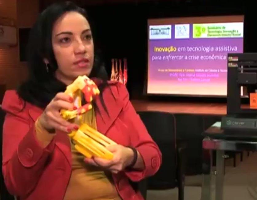 Professora apresenta prótese de mão feita com impressora 3D