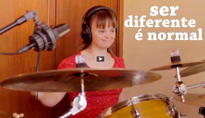 Imagem: Uma jovem com Síndrome de Down tocando bateria