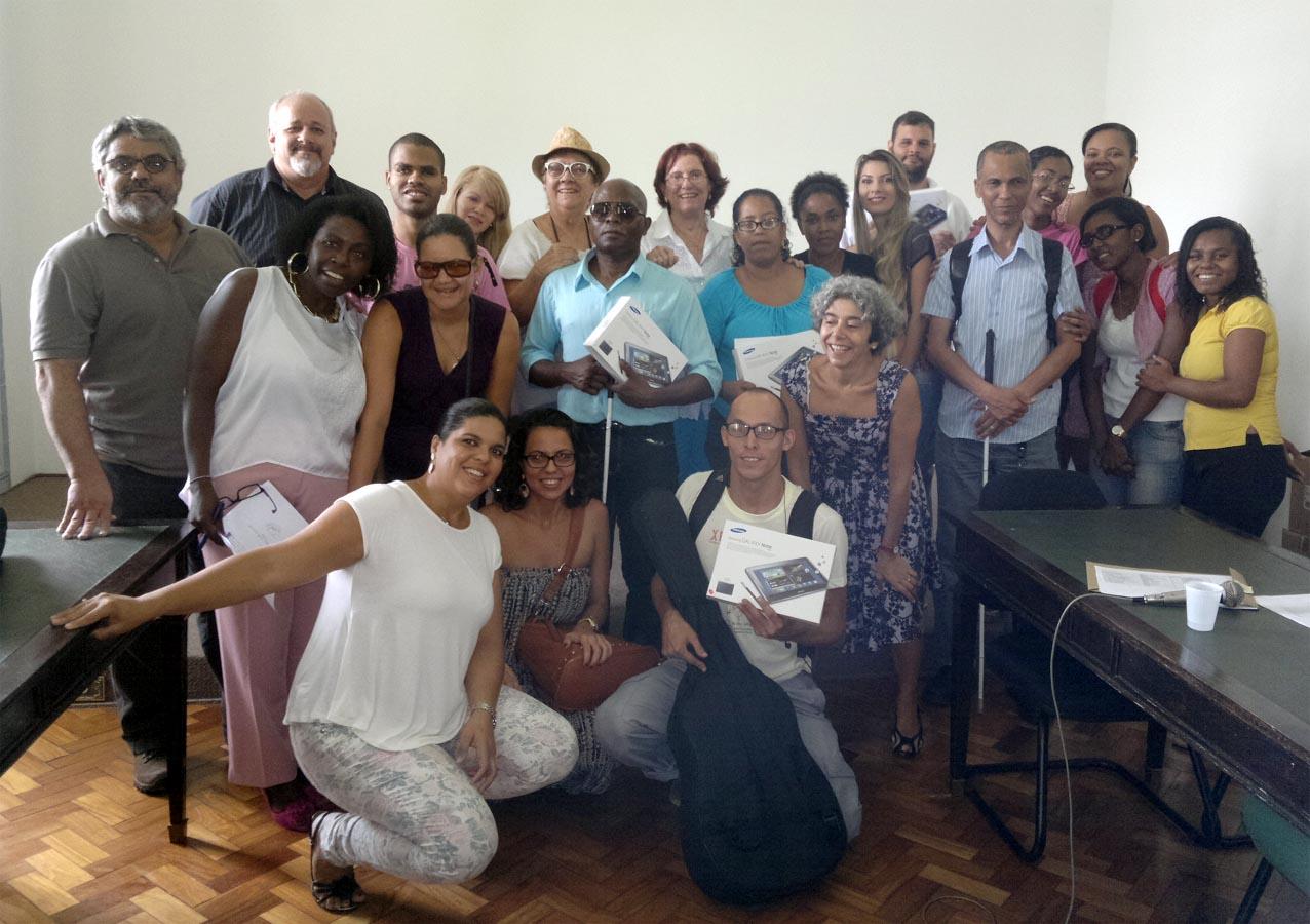 Grupo de professores, gestores, funcionários e alunos da UFBA, no ato de entrega dos Tablets